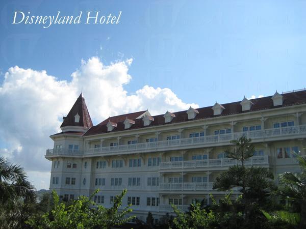 推開酒店內通往花園的那扇門,發現藍天白雲的世外桃園。