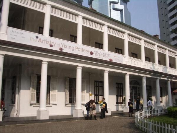 木窗框配石牆加上走廊的大圓柱子,充滿英式建築特色。