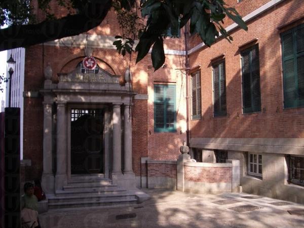 大樓以花崗石和紅磚蓋成,樓高三層,附有地窖及角樓。