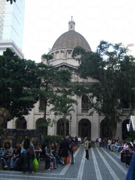 大樓採用新古典主義的建築風格,四周築有愛奧尼亞式圓柱,中央為圓頂建築。
