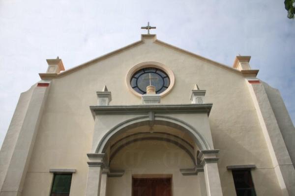 小堂的門口,可從外看到彩繪玻璃窗。(關璇攝)