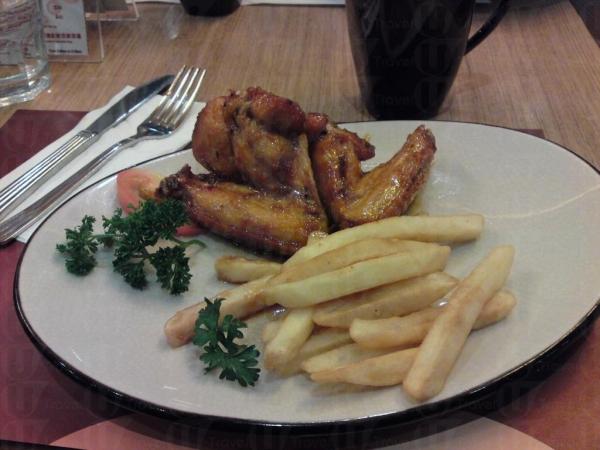 香草蜜糖烤雞翼伴粗薯條餐簡便味道好,餐廳環境亦舒適。