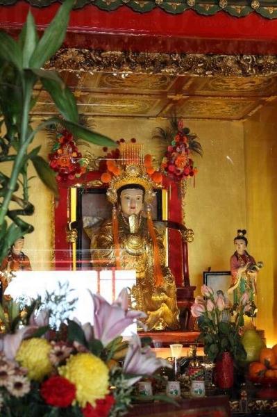 廟內除有龍母像,於二樓還有龍床,據說摸一摸會有運行。(陸嘉鈴攝)