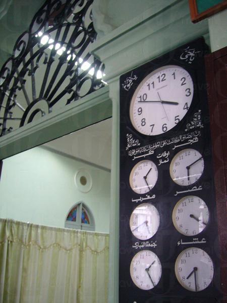 拱門上是各回教地區的時鐘,提醒信徒敬拜「阿拉」的時間。