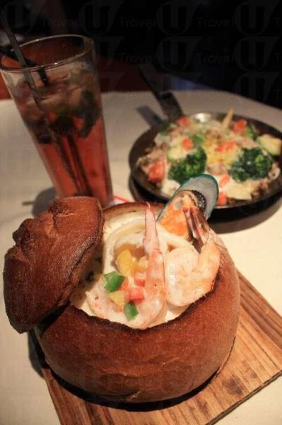海鮮周打麵包湯($48)和香菇忌廉汁焗五色野菜及蘑菇飯($65),左後是 Berryjito 草莓特飲($32)。(陸嘉鈴攝)