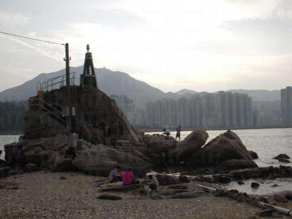 鯉魚門燈塔不高,但登上後也可飽覽四周漁港景色。(陸嘉鈴攝)