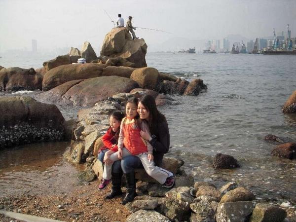 假日時許多家長都愛帶小孩在石灘玩,但小心石灘上碎片甚多啊。(陸嘉鈴攝)