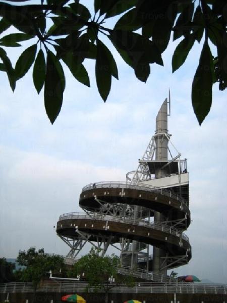 仲夏女神降落「回歸紀念塔」,塔邊可見花農正為春天準備花苗。