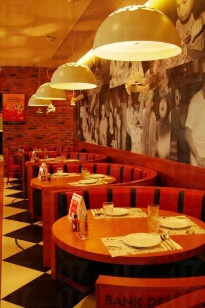 暖調的吊燈、黑白大磚令 Shakey's Pizza 的裝潢充滿美式風情。