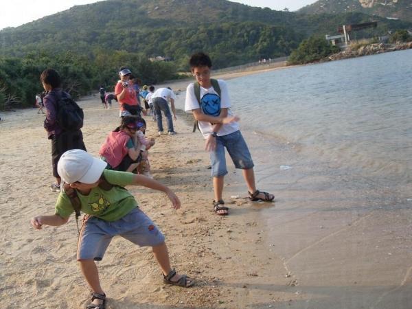 在蘆鬚城泳灘「片」石仔很開心。