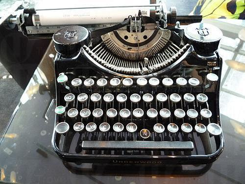 精緻小擺設:懷舊打字機。