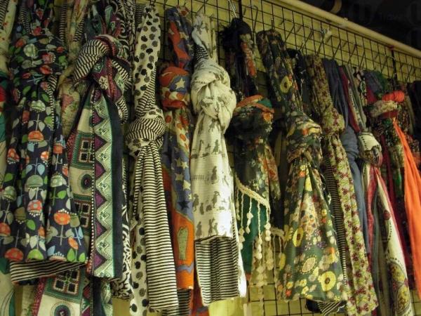 「出口成衣@IN2C」內有售各式年輕人服裝和飾物,包括頸巾,大部分 $68 一條。