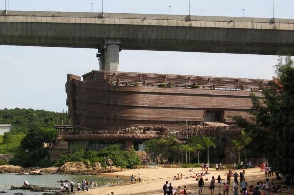 挪亞方舟就像擱淺在東灣海灘般。