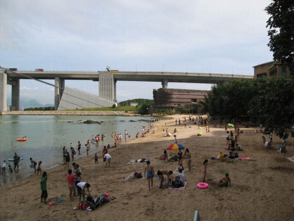 東灣海灘面積雖然不大,但沙夠幼細乾淨,附近景色也不錯,吸引大批龍友前往。