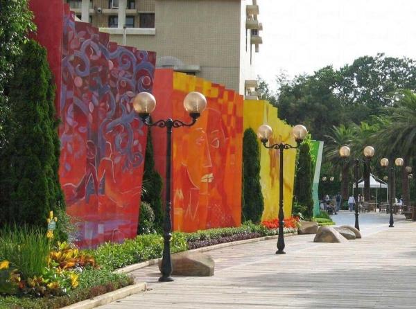 彩虹牆以不同顏色來表達愛,如紅牆代表寬恕的愛、黃牆為天倫之愛、紫牆是友愛等。