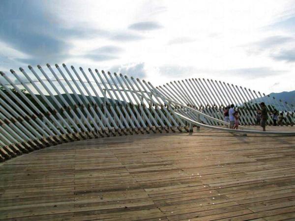 公園內有約 100 隻由高杆支著的「飛鳥」,而山頂「鳥望台」更有一隻大鳥,向大橋展翅高飛。