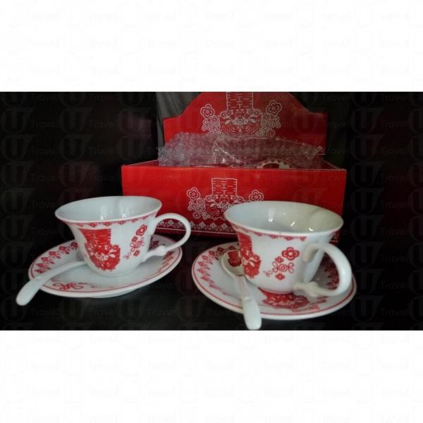 店主 Timmy 向我們推介一對印上「囍」的中式情侶茶具,紅當當的設計在婚宴大派用場。