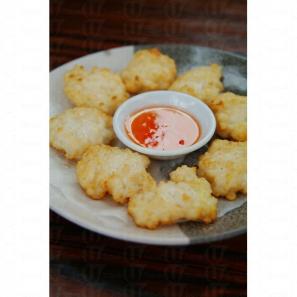招牌墨魚餅,全都是伙記用越南入口的墨魚柳釀製。