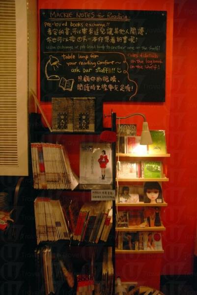 餐廳融合書店與餐飲概念,顧客可邊看書邊用餐。