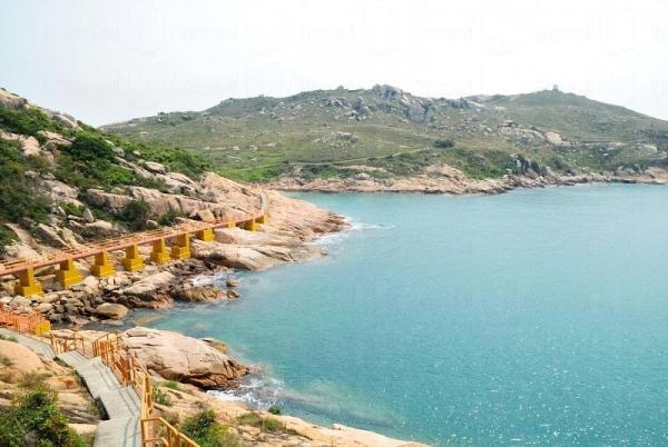 海邊鋪上步道,遊客能輕輕鬆鬆遊覽。
