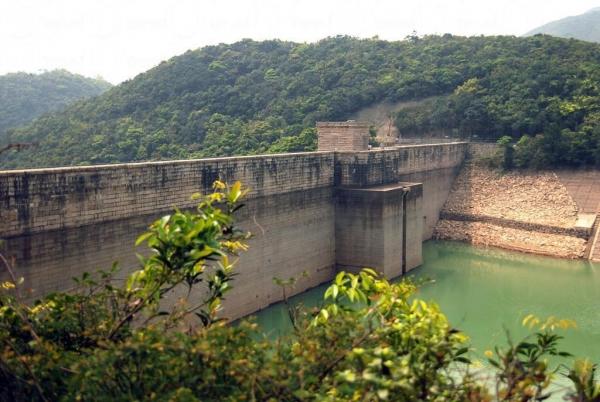 建於 1880 年代的大潭上水塘水壩是當時香港最大的水壩建築,牆身高達百呎。