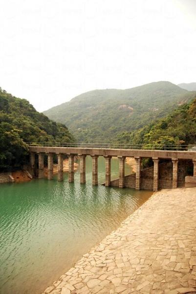 大潭副水塘石砌輸水道實而不華的建築,與恬靜湖水完美配合。
