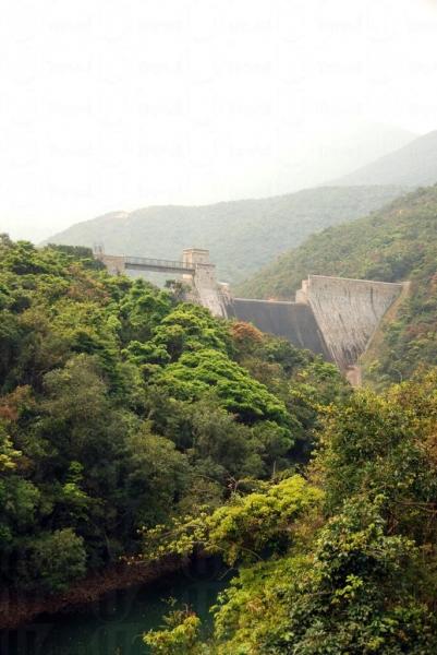 人工興建的水壩與自然山水構成了一個小三峽風光。