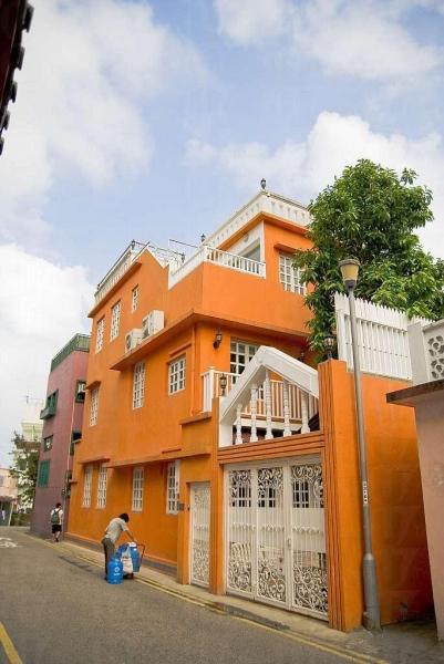 石澳村屋色彩鮮艷,這間橙式小屋是許多模特兒的留影熱點。