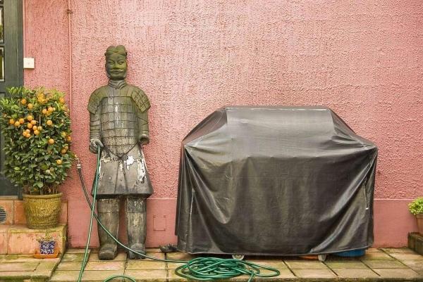 幽默的擺設,兵馬俑拿著水喉替你洗車。