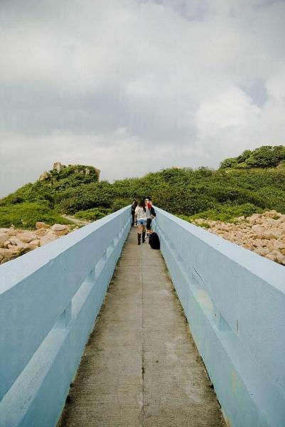 情人橋並不寬闊,只足夠兩人並肩通過。