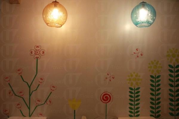 店內的花朵牆十分可愛,完全想不到這是一間位於廟街的甜品店。