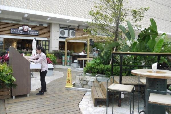 香港甚少露天餐廳,難得 Zentro Garden 室內及室外皆有 Bar 檯及茶座