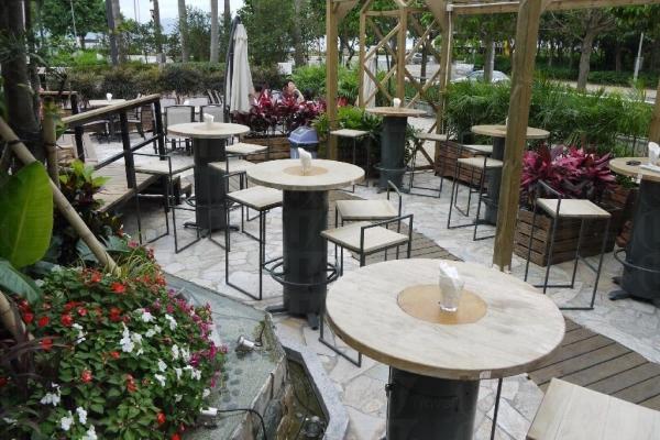 在四周種滿花卉後,露天 Bar 檯就像外國時興的 Beer Garden,讓來賓暢飲一番。