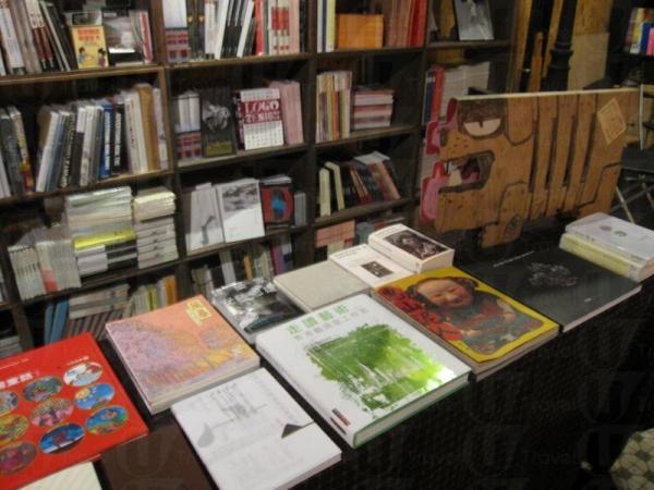 Ground Sixteen 除了展覽外也有大量文化藝術書籍,喜歡的可以坐下閱讀或買回家細味。