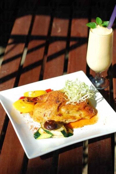 店主自創的達利烤雞(全隻 $249 ),採用本地農地雞,以藝術家達利命名的中西合璧作品。