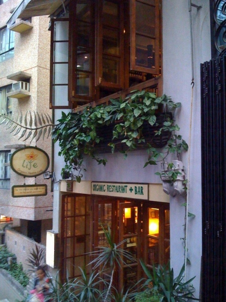 Life Café 樓高兩層,裝修充滿小島風情。