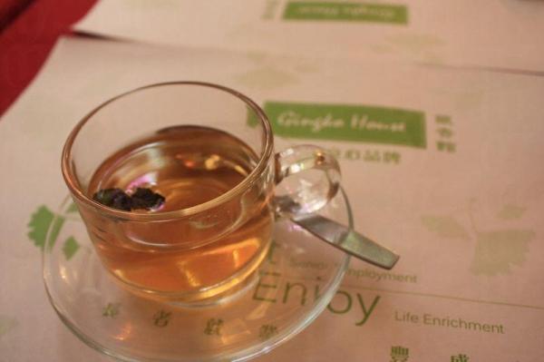 飯後呷一口有機薄荷茶,悠閒寫意。