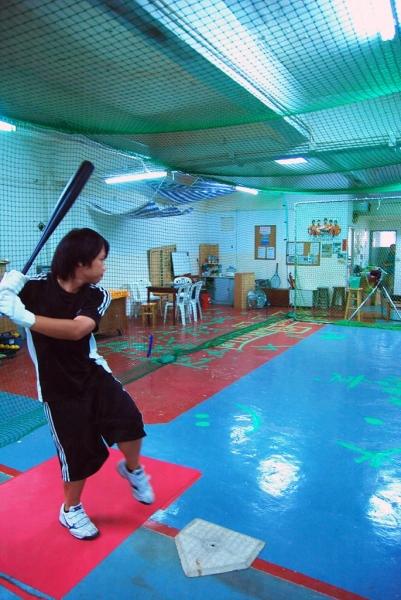 擊球練習,擺好姿勢迎接發球機挑戰。