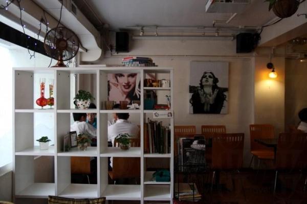 Les Artistes Café 一隅,隨處都可以見到不同藝術作品。