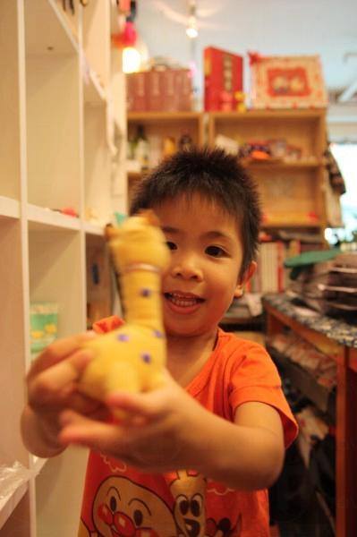 這是老闆 Kenneth 朋友的兒子 Matthew,小小的他已經在藝術 café 中流連,那種潛移默化的作用不能小覷。