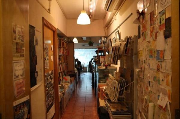 Les Artistes Café 一入門口就是放滿了書與雜誌的書架,形成簡書店的一角。