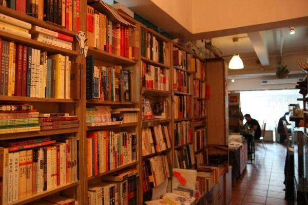 書架不算大,書的種類卻不少;多了藝術類,少了速食文化的漫畫、愛情小說。