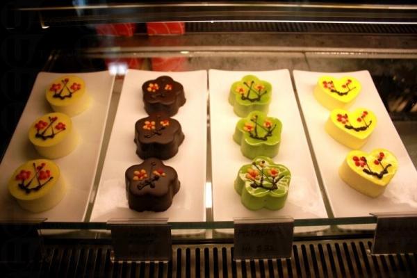 蛋糕口味選擇不少,有開心果、朱古力、芒果以及草莓芝士等,散叫 $ 32 一件。