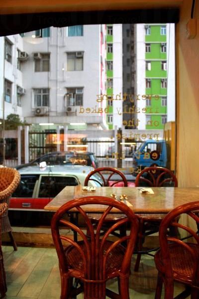從店內看出去是寧靜的街道與住宅區,不說會令人忘記身處香港。
