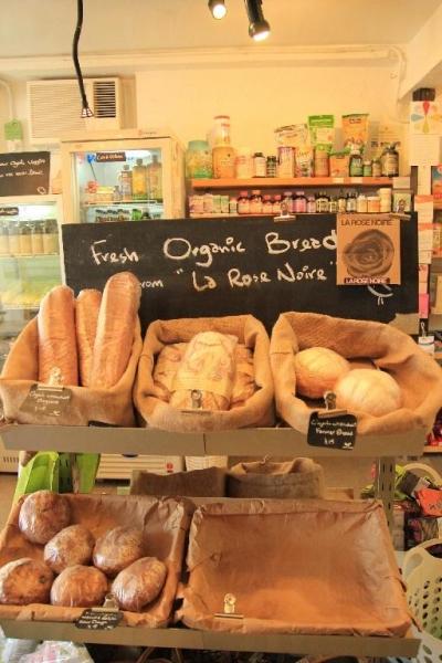 每天均有新鮮有機麥包運到店內發售。