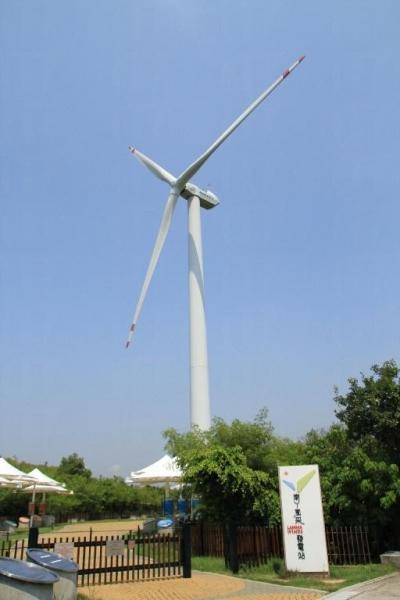 大風車在 2003 年落戶南丫島,它是全港首個風力再生能源發電站。