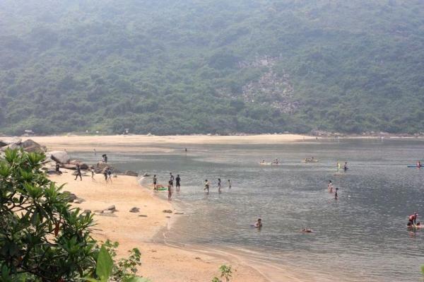 東風石灣遊人不絕,相傳只要敲打灣上尖石便會令海上颳起東風。