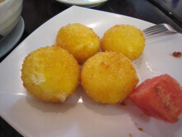 炸雪米糍($30)新鮮熱辣的炸好,熱脆的外皮加上軟滑的雪糕,口感一流。