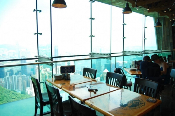 阿甘蝦餐廳位置一絕,大部分座位都可看到維港景色。