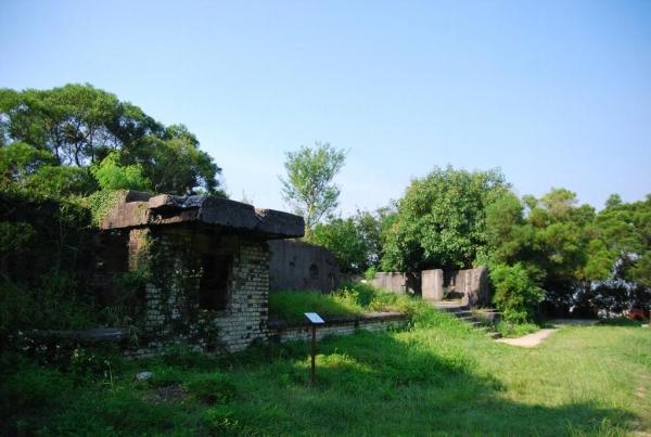 松林廢堡外的斑駁彈痕著二戰時的戰火足跡。